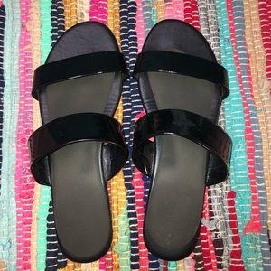 Shoes - Black flip flop sandals